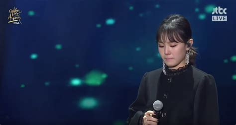 Lee Hi gets emotional during stage for the late Jonghyun